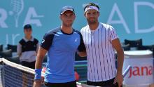 Dimitrov (izquierda) y Coric posan antes del partido Adria Tour del sábado en Zadar, Croacia.