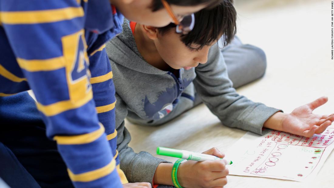 Las escuelas en Ontario ahora enseñarán las primeras clases de habilidades financieras y codificación para preparar mejor a los estudiantes para el trabajo futuro.