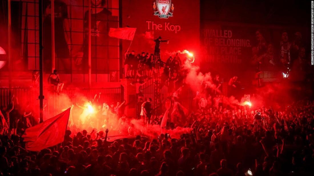 Liverpool: la policía critica a los fanáticos por encontrarse fuera de Anfield después de ganar el título
