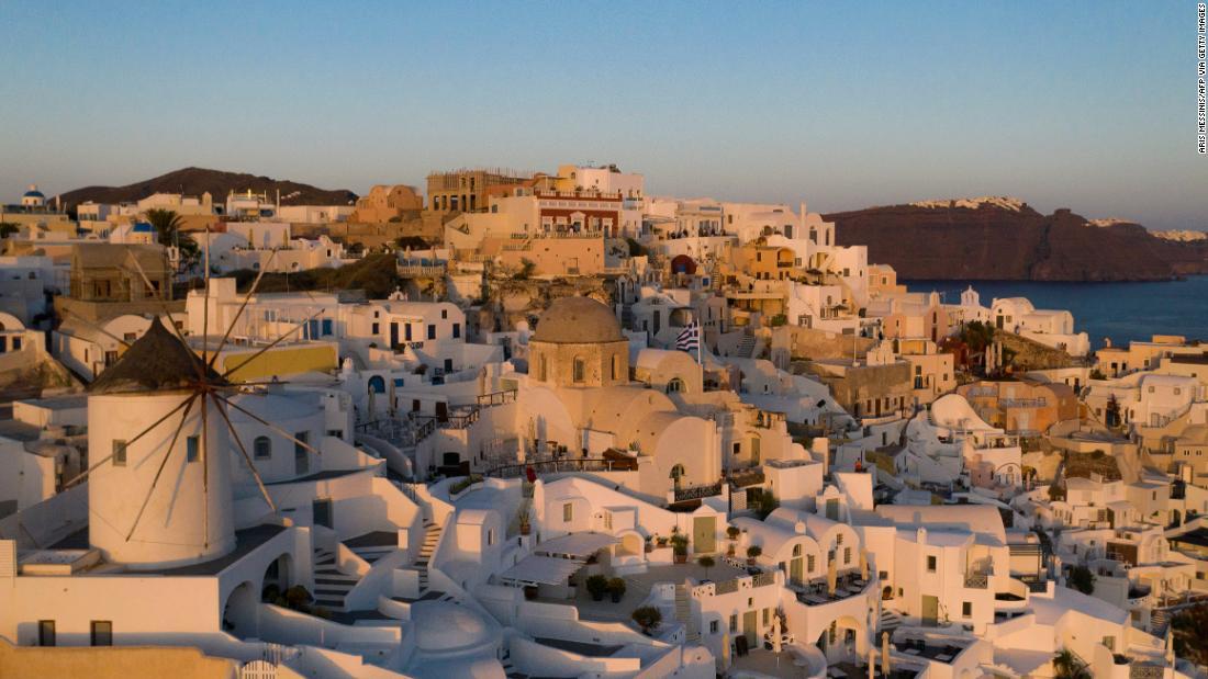 """Lo que sucedió en Santorini cuando la """"máquina"""" turística se detuvo"""