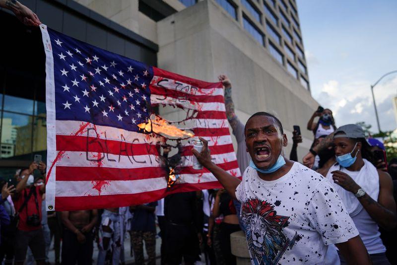 """Trump propone la quema ilegal de banderas, esto se llama """"profanación"""""""